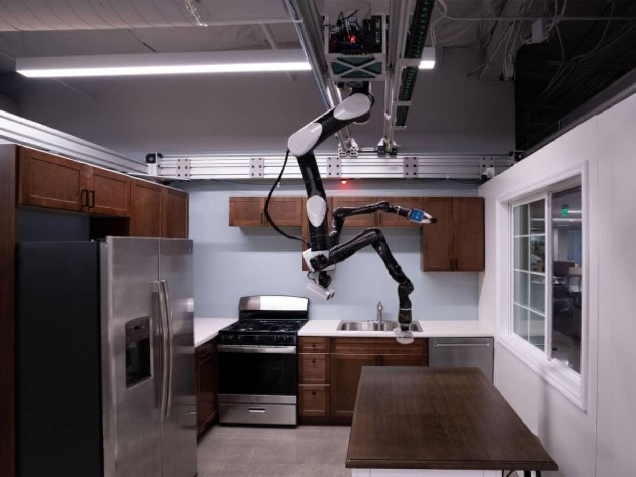 トヨタが天井から吊り下げるロボットを開発