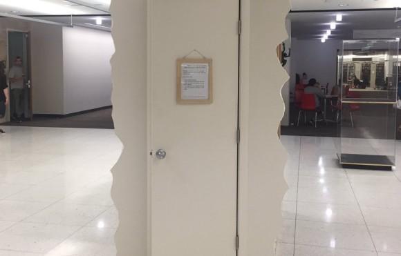 ここに入って思う存分泣くがいい。泣きたいときの為のクローゼットルームが設置された大学図書館(アメリカ)