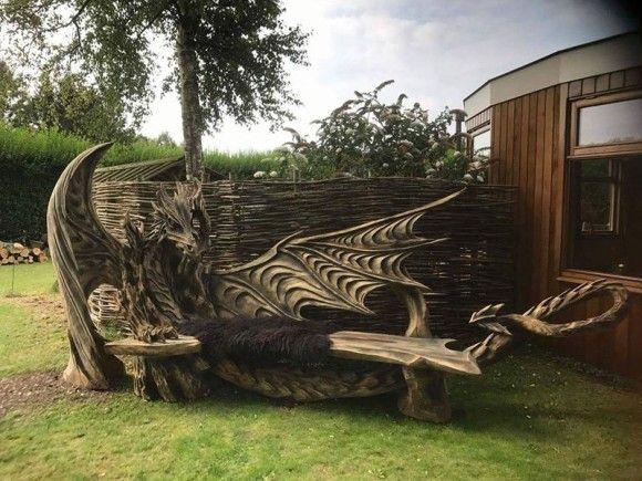 チェーンソーで作り上げた繊細なるドラゴンの彫刻が施された木製ベンチ