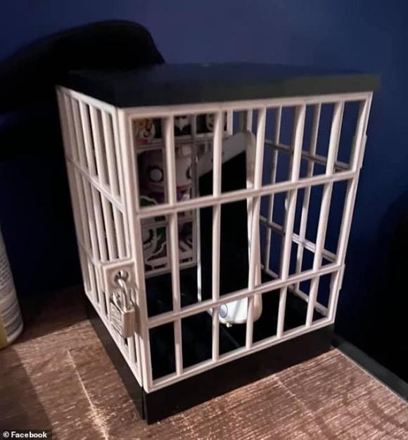 スマホやゲームコントローラーを閉じ込められる鍵付きのミニチュア牢屋がお母様方に大人気(オーストラリア)