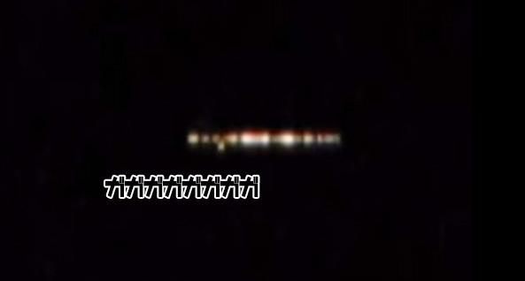 やけに音がうるさい円盤型のUFOが光を放ち回転しながら安定飛行(アメリカ)