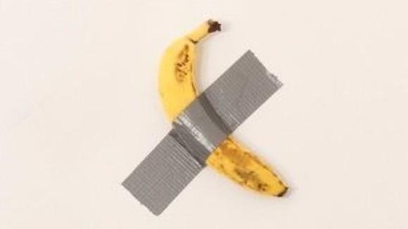 バナナが壁にダクトテープで張り付けられた高額アート、来場者に食べられてしまうというアクシデント勃発(アメリカ)