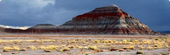 色とりどりの地層が砂絵のよう ...
