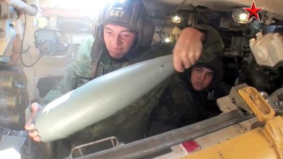 戦車から大砲を発射するときの戦車内をとらえた映像(ロシア・アメリカ)