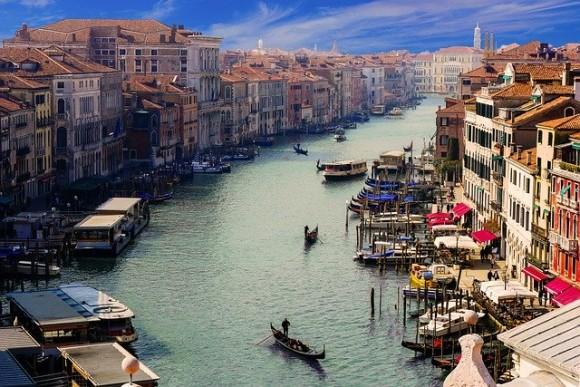 新型コロナウイルスで活動が制限されたイタリア、ベネチア運河でイルカの姿が発見される