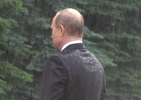 プーチン名言、いただきました。雨に打たれてずぶ濡れぬれになったプーチンに「なぜ傘をささないの?」その回答は?