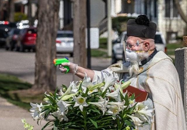 聖水を水鉄砲で噴射する聖職者。社会的距離を保ちながらの祝福行事が話題となりコラ職人がんばる(アメリカ)