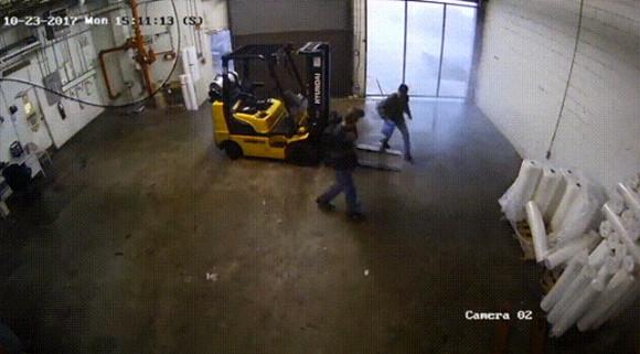 竜巻怖えぇえええ!竜巻直撃でたった30秒で作業場がめちゃくちゃになった現場映像