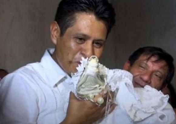 ワニと結婚した市長。結婚式で誓いのキスを!(メキシコ)