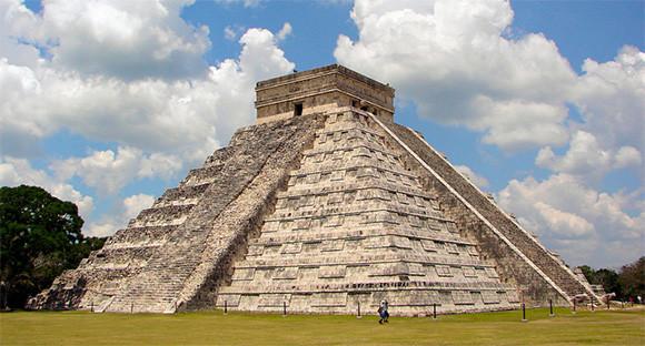 マヤ文明の古代都市、チチェン・イッツァ「ククルカンの神殿」の正面で手を叩くと奇跡の反響音が!