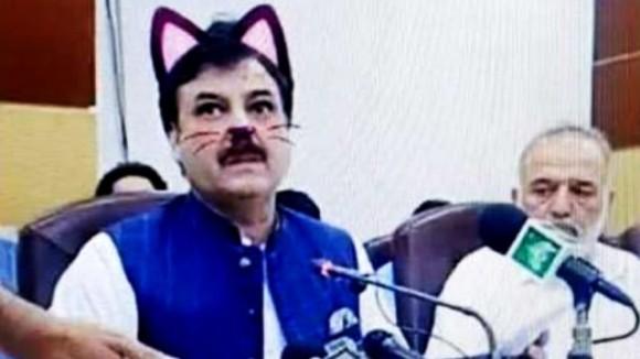 政治家の猫化?記者会見ライブ配信中、猫フィルターが起動してしまい別の意味で注目を集めていた件(パキスタン)