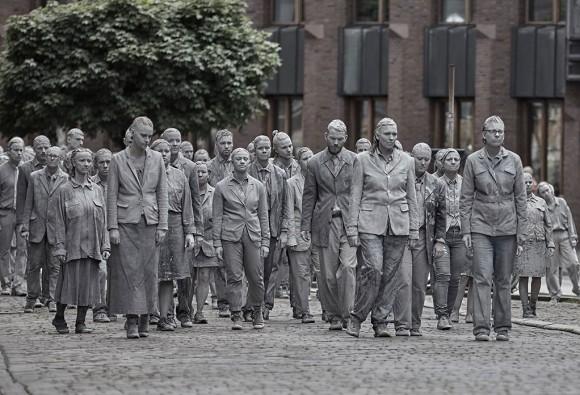 灰色をした亡霊の大群がぞろぞろと歩く・・・。G20サミットに抗議をするパフォーマンス団体が完全にホラー(ドイツ)