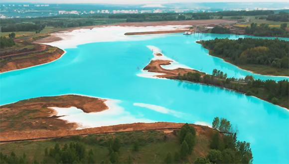 「シベリアのモルディブ」と称されるほど美しい青緑色の湖の正体は危険な廃棄物によるものだった(ロシア)