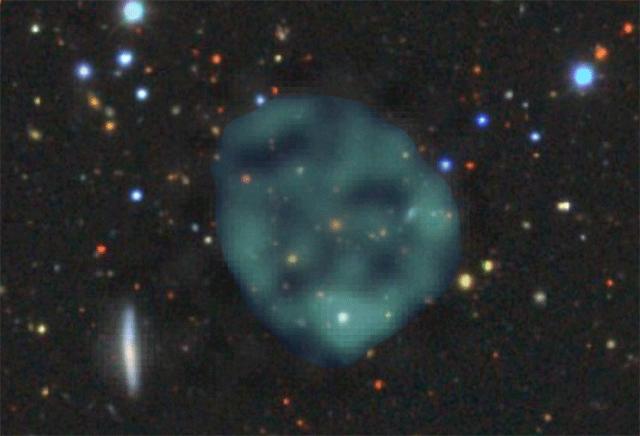 宇宙空間で謎のリングを発見
