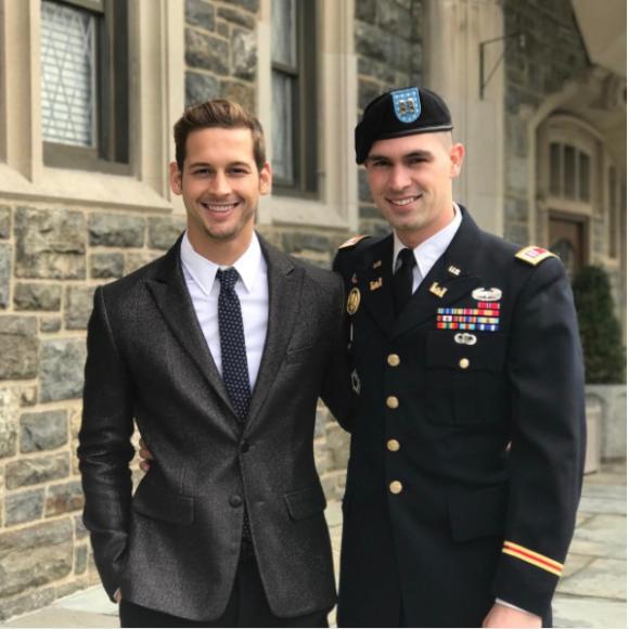 時代は着実に進歩してる。アメリカの軍人男性が軍のプロムにボーイフレンドを同伴して話題に