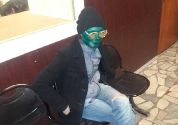 それでバレないとでも?目撃者ゼロを目指した泥棒、顔面を緑色に塗るという暴挙に出る(ロシア)