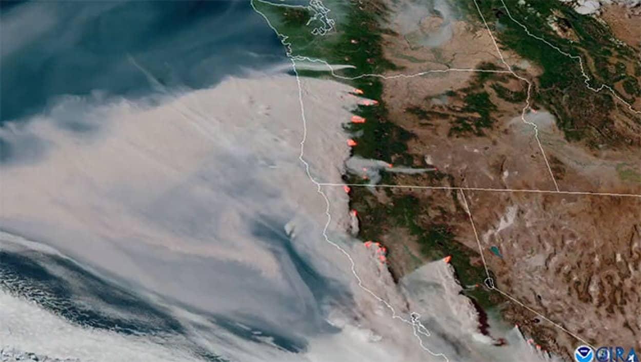 アメリカ西部で相次ぐ森林火災の人工衛星映像