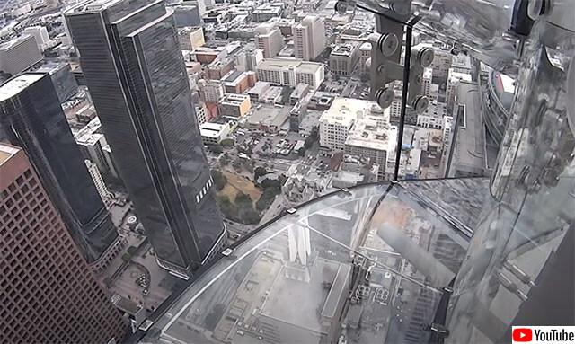 高所恐怖症注意。地上300mの高層ビルの壁面を透明な滑り台で滑る勇気(アメリカ)