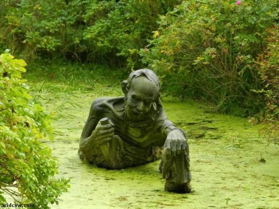 誰が?いったい何の目的で??完全にホラーな沼地彫刻 : カラパイア
