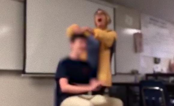 大声で国歌を歌いながら生徒の髪をハサミで切り刻む女性教師。アメリカでサイコホラー的事案が発生