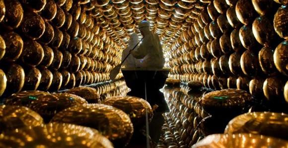 日本が誇るニュートリノ検出装置「スーパーカミオカンデ」の内部構造がわかる写真