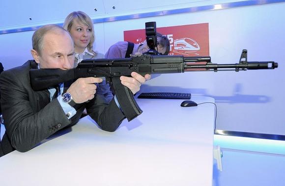 アサルトライフルAK-47を構えるプーチン大統領