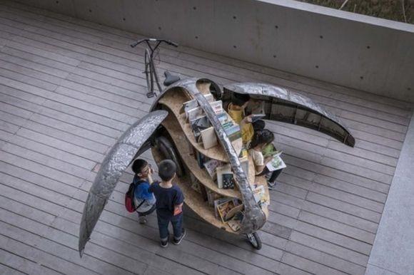 テントウムシの羽をパカっと開くと本がいっぱい!夢がいっぱいつまったテントウムシ自転車の移動図書館