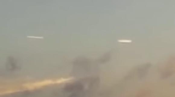 目撃者絶叫。白く薄いディスク型のUFOが2つ上空に現れた(チリ)