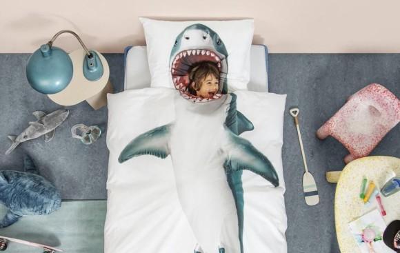 サメに食べられた感が演出できる!頭が当たる部分がサメの口になった掛布団カバー&枕カバーセットが販売中