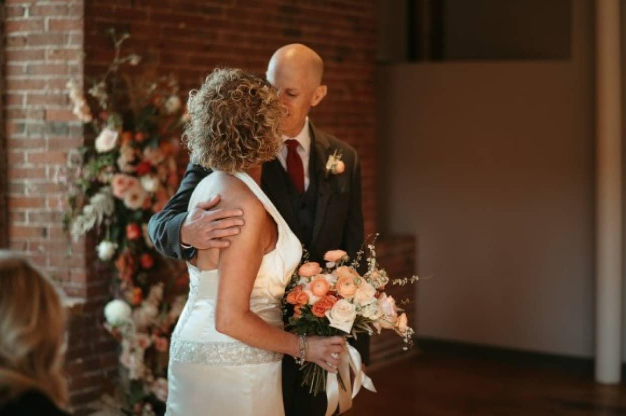若年性認知症の男性、妻の存在を忘れてしまった後、もう一度プロポーズ