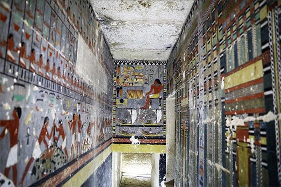 壁面を覆いつくすような色あざやかな壁画が!4000年以上前の古代エジプトの高官の墓が発見される