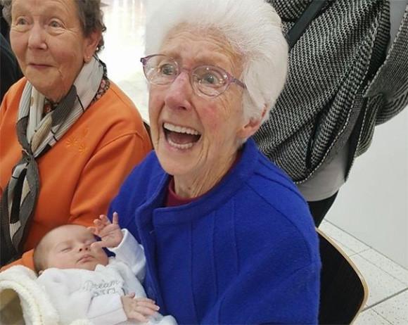 新たなる生命の誕生が地球を紡いでいく。孫・ひ孫・玄孫に出会えた瞬間のおじいちゃんとおばあちゃんの表情を記録した写真
