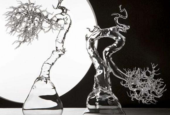 繊細で躍動感あふれる、透明なガラスで作るミニチュア盆栽の世界