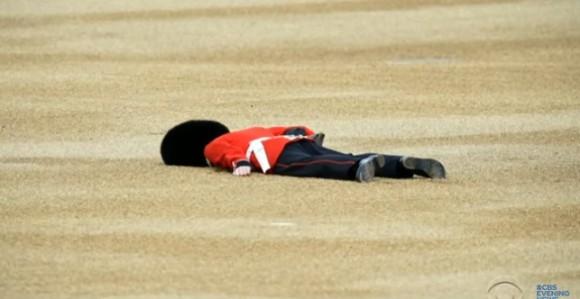 バッキンガム宮殿の近衛兵が暑さで失神する傾向に。その防止方法が英陸軍チームにより研究中(イギリス)