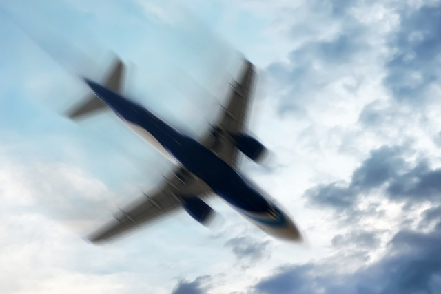 機長の体が窓ガラスの外へ吸い出されるも全員無事。本当にあった航空機不時着事故