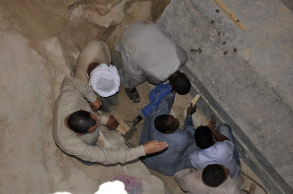 あの巨大な黒い石棺の蓋がついに開けられる。中に眠っていたものとは?(※開放注意)