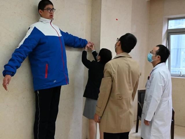 世界一背が高い14歳少年は221センチ