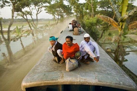 harrowing_bangladesh_train_hopping_images_18