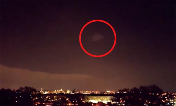UFOなのか?アメリカ国防総省、ペンタゴンの上空に巨大な三角形の飛行物体が浮かび上がる