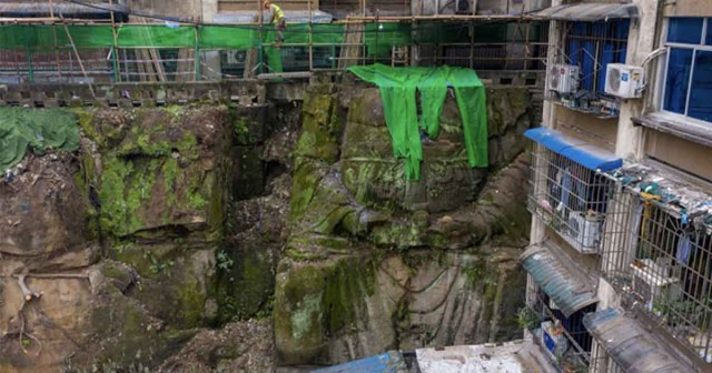 アパートの下から頭のない巨大仏像を発見