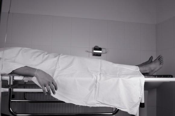 医師が臨終宣言。だが本当は死んでいなかった。生きたまま埋葬されそうになった男性(インド)