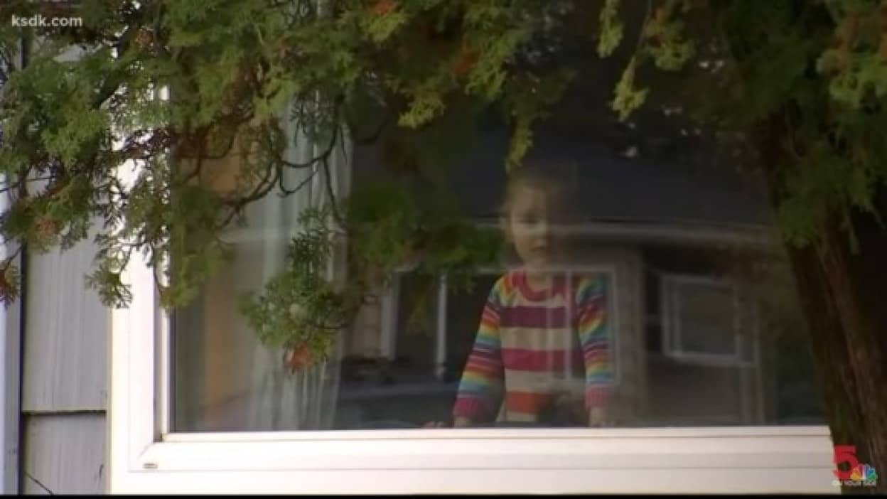 少女と郵便局員のうるきゅんな交流、窓を挟んで一緒にダンス