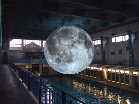 これは直で見てみたい!NASAの月面データを使った精巧な月のオブジェがぽっかり浮かぶ「月の博物館」