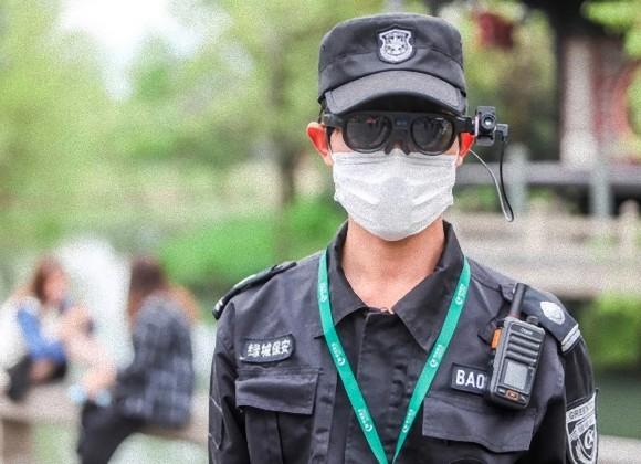 AI搭載のスマートグラスで離れた場所から発熱状態をチェック、コロナ感染者を監視する中国の警備員
