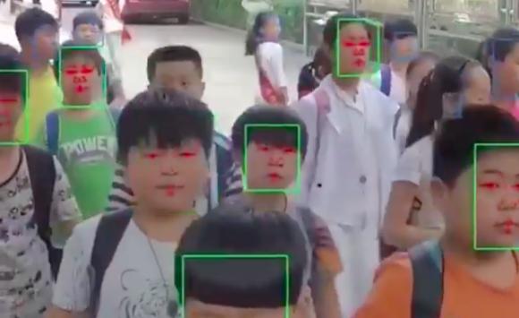 お前は常に見張られている。生徒の行動を監視するため、中国の学校で採用された顔認証カメラ