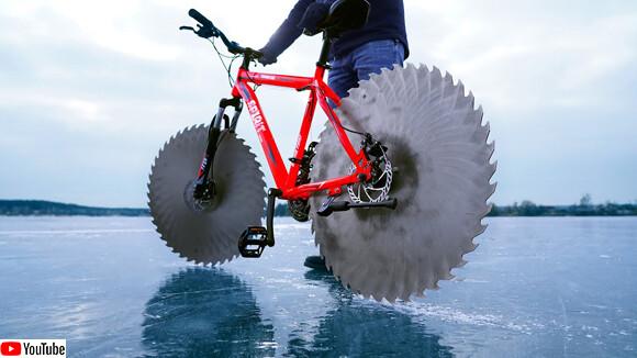 自転車のタイヤをブレードに変えて氷の上を走る