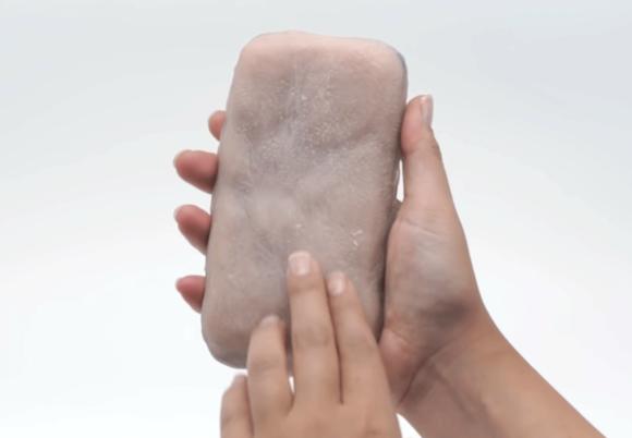 スマホいじりがはかどる?はかどらない?人間の皮膚と感覚を再現したスマホケースが開発される(フランス)