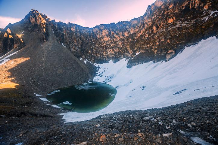 スケルトンレイクとして知られるヒマラヤのループクンド湖