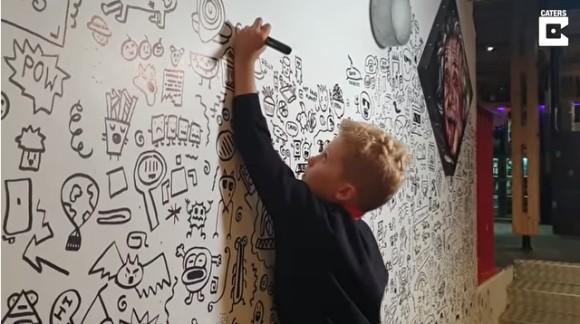 学校で落書きばかりしていた問題児、絵の才能が認められレストランの壁絵を描くアーティストに(イギリス)