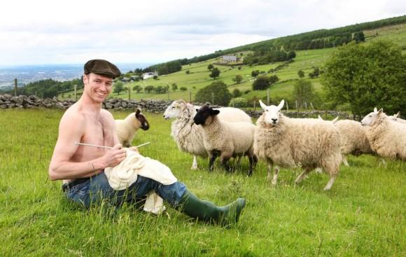 動物たちと戯れたりきゃっきゃうふふと遊んでいるセクシーなアイルランドの農業男子たちの写真集が存在する